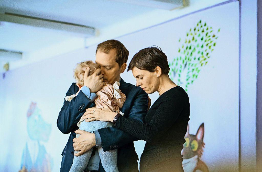 Sind sie endlich am Ziel? Peter (Godehard Giese), Marie (Victoria Mayer) und ihr Wunschkind Nina (Urszula) im russischen Kinderheim Foto: WDR