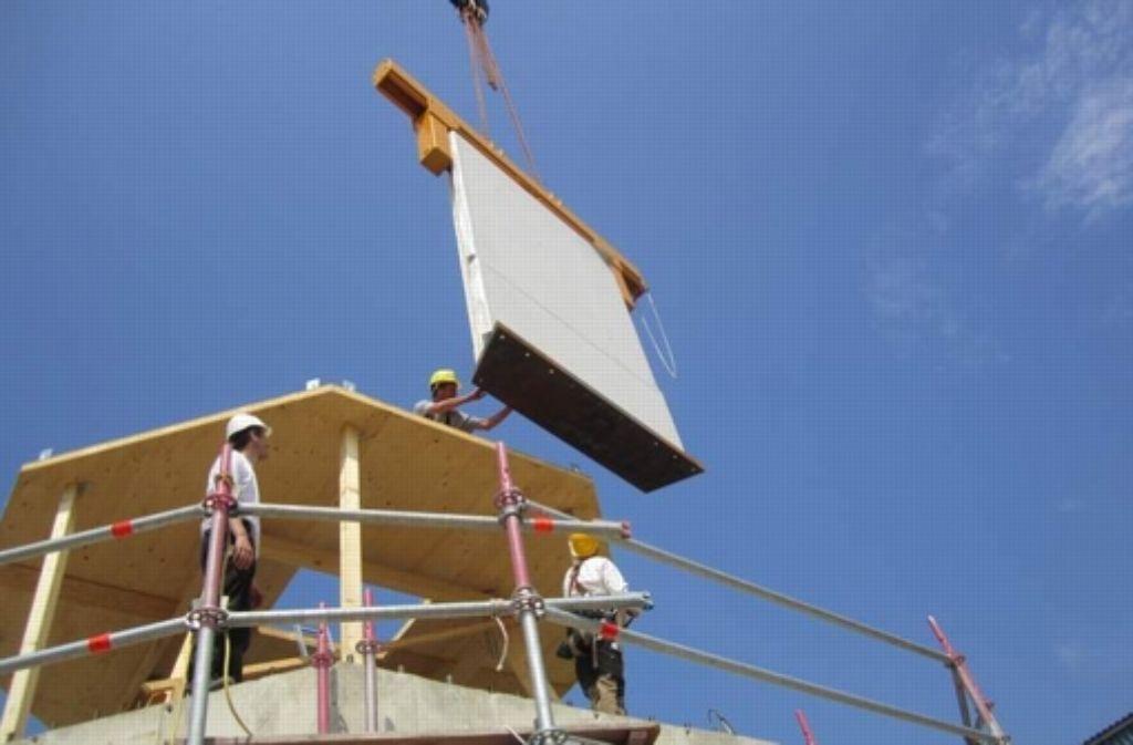 Vorgefertigte Module werden auf den Holzturm gesetzt. Foto: Timber Tower