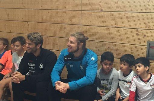 Handballprofis unterrichten Schüler