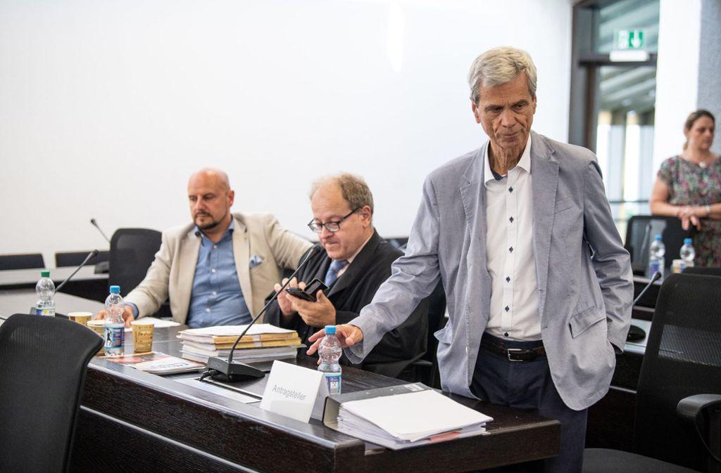 Die Abgeordneten Stefan Räpple (links) und Wolfgang Gedeon (rechts) mit ihrem Rechtsanwalt Dirk Schmitz bei der Sitzung des Verfassungsgerichtshofs Baden-Württemberg. Foto: dpa
