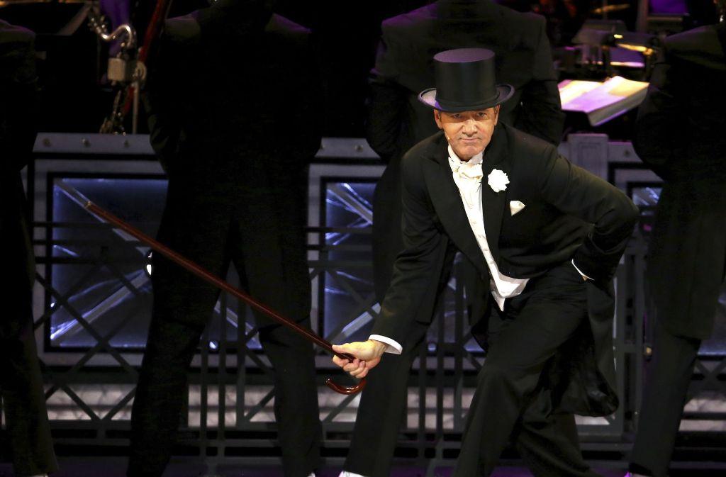 House of Cards-Star Kevin Spacey übernimmt die Moderation der Veranstaltung und leitet den Abend mit einem eigenem Tanzauftritt ein. Foto: AFP
