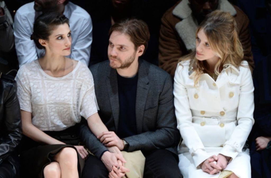 Auf der Fashion Week in London in der ersten Reihe: Schauspieler Daniel Brühl, seine Freundin Felicitas Rombold (links) und die französische Schauspielerin Mélanie Laurent. Foto: Getty Images Europe