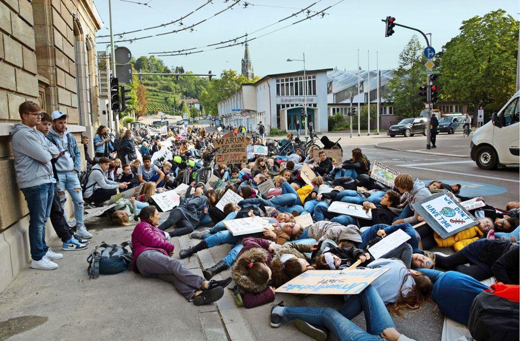 Die Demonstranten blockieren für eine Minute die Berliner Straße. Foto: Ines Rudel