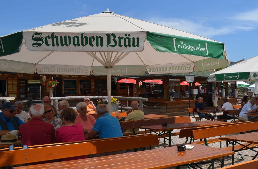 Im Schwabengarten in Leinfelden stehen Aschenbecher auf den Tischen, denn das Rauchen ist dort erlaubt. Foto: Wiebke Wetschera