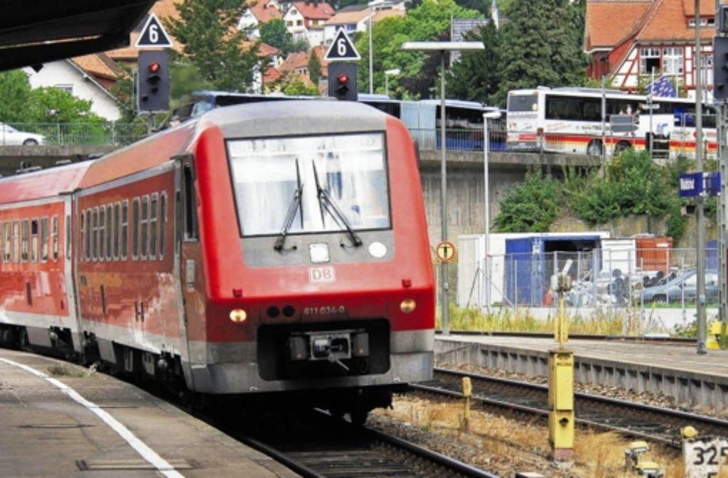 Immer wieder zu spät auf der Hochrheinstrecke: Ein Dieseltriebwagen des Typs VT 611 fährt in Waldshut ein. Foto: dpa
