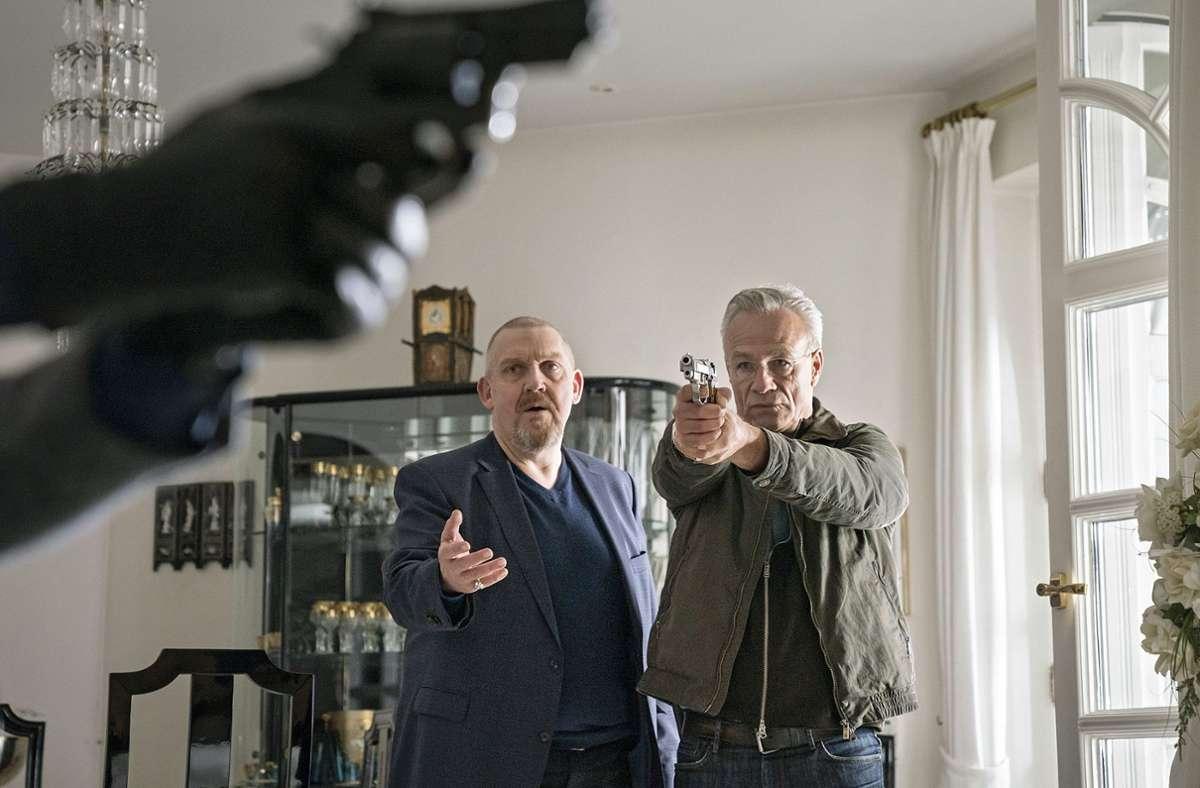 Die Dienstwaffe von Freddy Schenk (li.) ist ganz vorne im Bild zu sehen. Gut, dass Max Ballauf (Klaus J. Behrendt, re.) seine noch hat. Foto: WDR/Thomas Kost