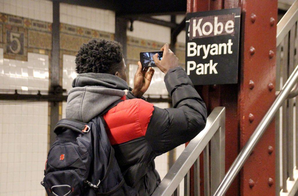 Das umbenannte U-Bahn-Schild fotografierten zahlreiche Menschen. Foto: dpa/Christina Horsten