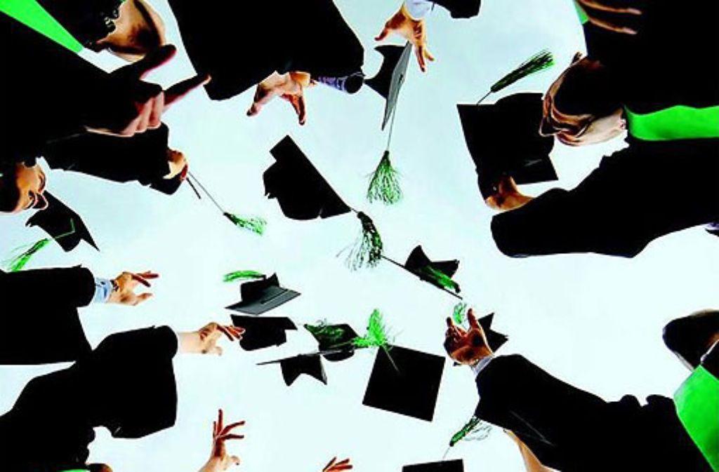In manchen Berufen ist ein Doktortitel Standard, in anderen hübsches Beiwerk. Doch schon allein, weil es immer mehr Studenten gibt, steigt die Anzahl der Doktoranden. Garant für Geld und Karriere sind die beiden Buchstaben nicht - aber auch kein Hinderungsgrund. Foto: Philipp Guelland/dapd