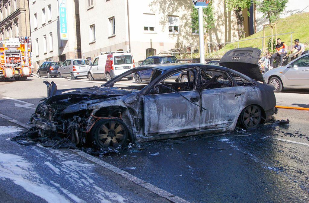 Der Audi ging auf der Dobelstraße in Flammen auf. Foto: 7aktuell.de