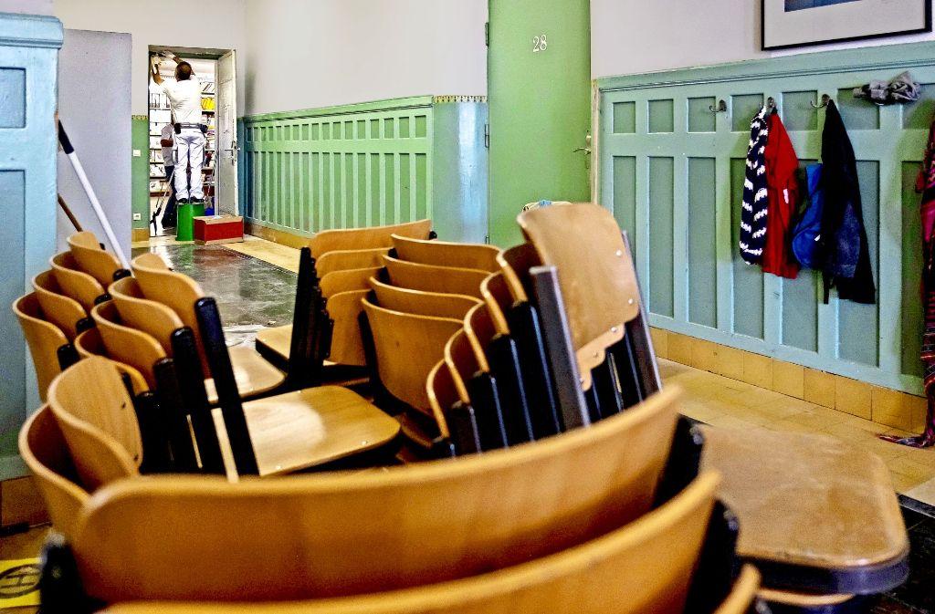 Handwerker haben  im  Leibniz-Gymnasium in Feuerbach alle Hände voll zu tun. Foto: Lichtgut/Max Kovalenko