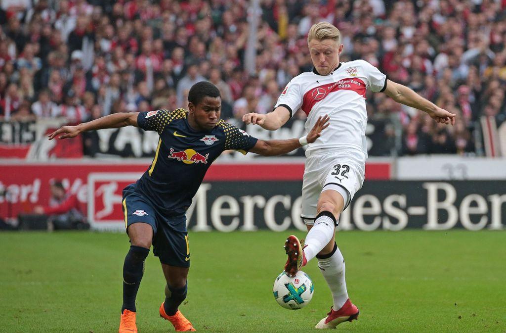Andreas Beck (re.) fehlt gegen den HSV gelbgesperrt – weswegen VfB-Coach Tayfun Korkut seine Abwehr umbauen muss. Foto: Pressefoto Baumann