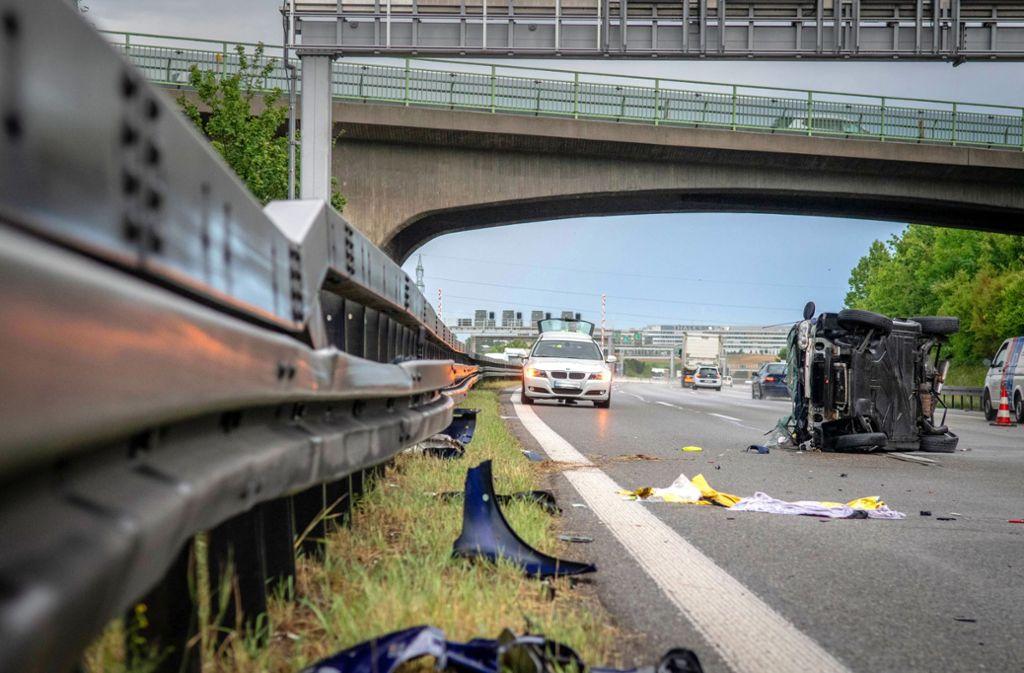 Der Smart überschlug sich, der Fahrer wurde herausgeschleudert. Foto: 7aktuell/Nils Reeh