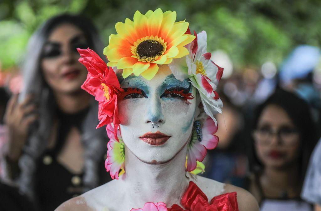 Ein bunt geschminkter Teilnehmer auf der Gay Pride in Medellin. Foto: AFP