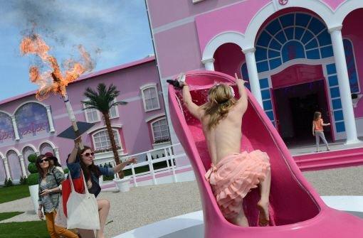 Proteste garnieren die Barbiehaus-Eröffnung
