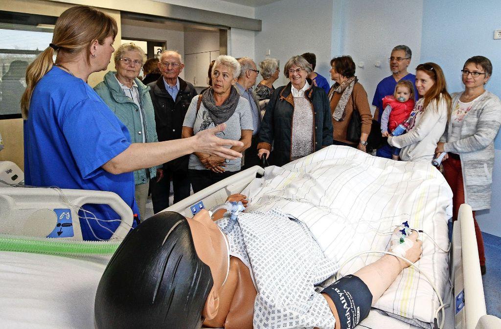 Die zahlreichen Besucher erfahren, wie  eine Intensivstation funktioniert.  Foto: factum/Bach Foto: