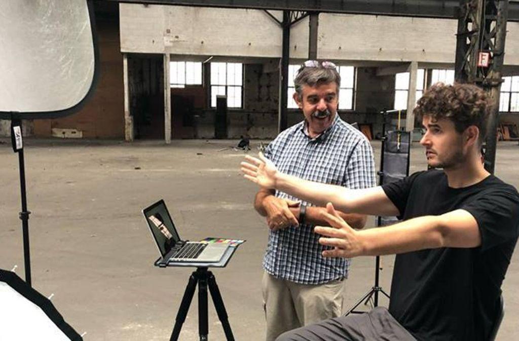 Künstler Tim  Bengel (rechts) beim Foto-Shooting in Esslingen mit Wilhelm Betz (links). Foto: ubo