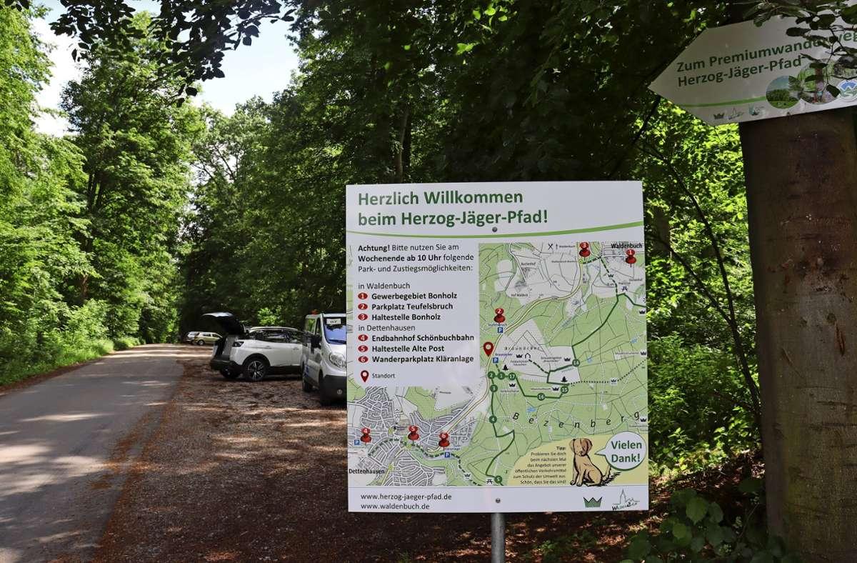 Die Stadt hat am  Wanderparkplatz Braunäcker ein Hinweisschild aufgestellt, dass auf alternative Parkmöglichkeiten hinweist. Foto: Claudia Barner/r