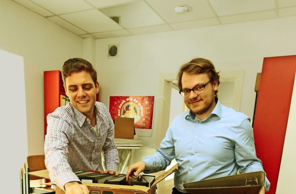 Florian Wahl (links) und sein Mitarbeiter  Jan Münster packen ein. Foto: factum/Granville