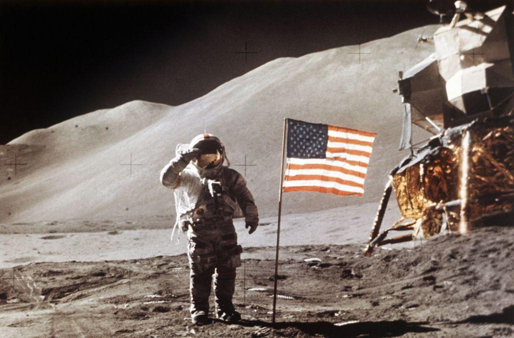 James Irwin, Astronaut aus den USA, in der Nähe der Mondlandefähre Apollo 15. Foto: dpa