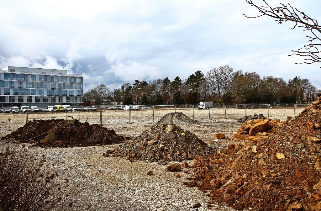 Dass auf dem Hansa-Areal ein Wohnquartier und die neue Feuerwache 5 entstehen sollen sieht man bisher nicht. Der neue Glaskubus des IT-Dienstleisters AEB im Hintergrund ist hingegen schon fast fertig. Foto: Sabrina Höbel