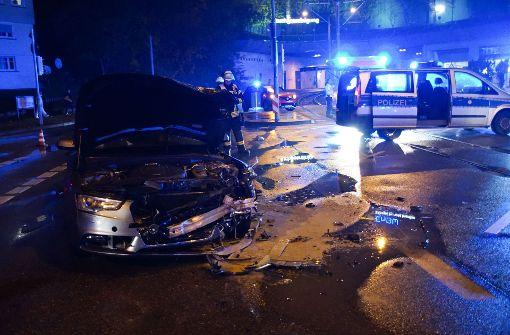Schwerer Unfall fordert drei Verletzte, Polizei sucht Zeugen