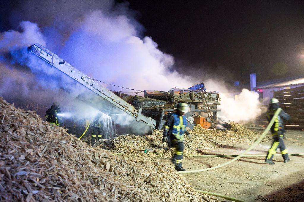In der Nacht auf Sonntag musste die Feuerwehr mit über 100 Einsatzkräften zu einem Großbrand in Ötlingen ausrücken.  Foto: www.7aktuell.de | Marcel Heckel