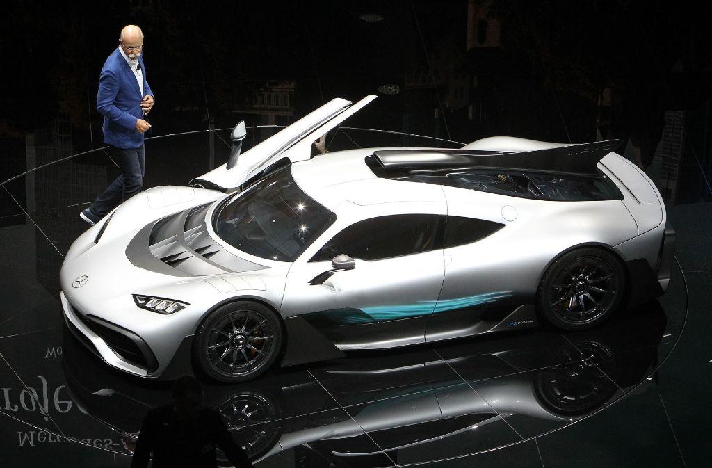 Daimler-Chef Dieter Zetsche präsentierte auf der IAA ein Modell aus dem neuen Mercedes AMG Project One. Foto: AFP