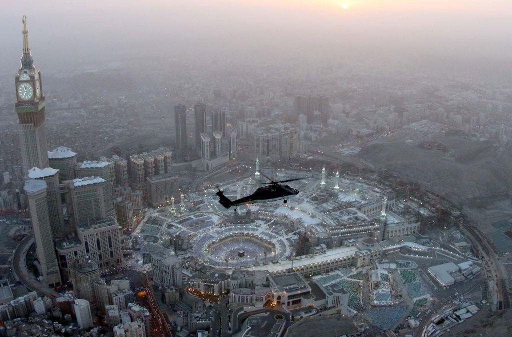 Ein Hubschrauber der saudi-arabischen Sicherheitskräfte fliegt über der Heiligen Moschee von Mekka. Die in diesem Jahr in den September fallende Pilgerfahrt zum wichtigsten Heiligtum im Islam in Mekka zählt zu den Pflichten jedes gläubigen Muslimen. Foto: