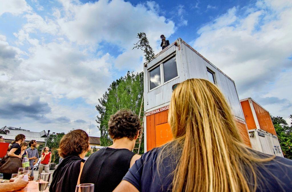 Der Blick beim Richtfest richtet sich auf die Dächer der Container. Foto: Lichtgut/Julian Rettig