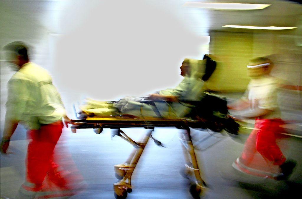 Time is brain (Zeit ist Hirn), ist bei Medizinern ein geflügeltes Wort: Notärzte bringen eine Schlaganfallpatienten  in die Klinik. Foto: dpa