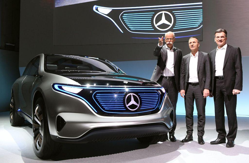 Elektromobile  wie diese Geländewagenstudie der neuen  Marke EQ sollen Daimler zusätzliches Wachstum bringen. Daimler-Vorstandschef Dieter Zetsche auf der Bilanzpressekonferenz gemeinsam mit Finanzchef Bodo Uebber und Lkw-Vorstand Wolfgang Bernhard (von links). Foto: dpa