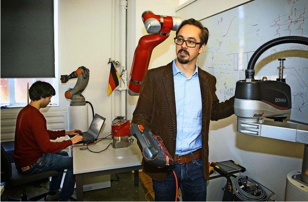 Nikolai Ensslen hat die Steuerung in der Hand – bei diesem Roboter und bei Synapticon. Foto: Horst Rudel