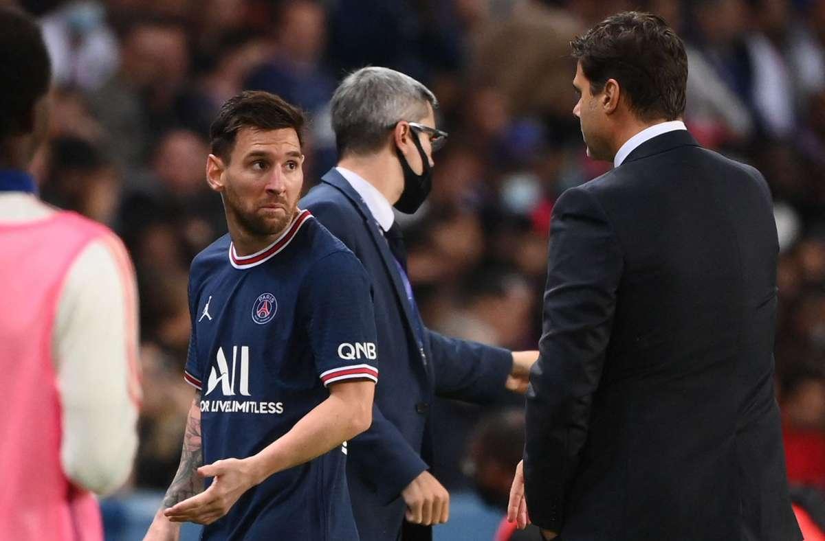 Lionel Messi ist mit seiner Auswechslung im Spiel gegen Lyon offensichtlich nicht einverstanden. Ziemlich wütend stürmt er an Trainer Mauricio Pochettino vorbei. Foto: AFP/FRANCK FIFE