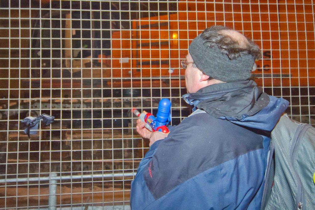 Mit Wasserpistolen spritzen Stuttgart-21-Gegner auf einen Bagger, der am Hauptbahnhof steht. Ziel: Die Maschine zu vereisen. Foto: www.7aktuell.de/Florian Gerlach