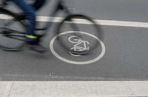 Autofahrer fährt Radfahrer an und begeht Fahrerflucht
