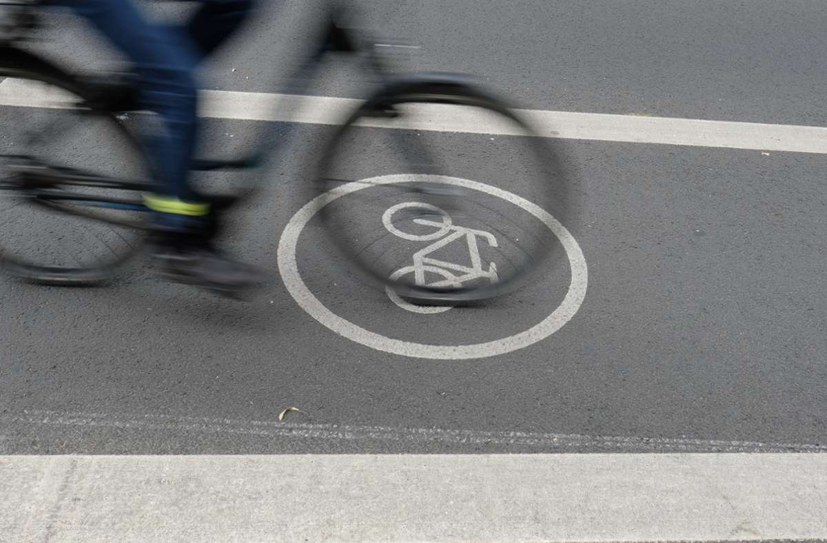 Der Fahrradfahrer wurde schwer verletzt (Symbolbild). Foto: dpa//Sebastian Willnow
