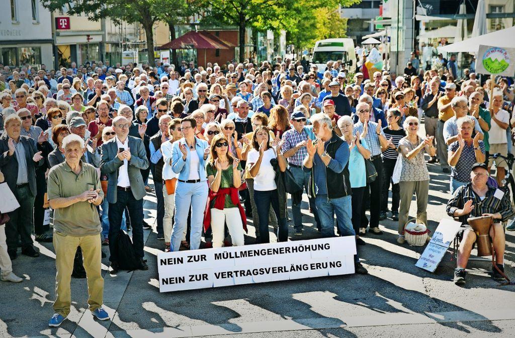 Rund 800 Menschen trafen sich  auf dem Göppinger Marktplatz zur Protestkundgebung. Foto: Horst Rudel