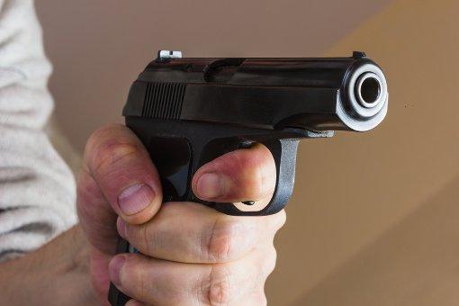 Mann randaliert mit scharfer Waffe