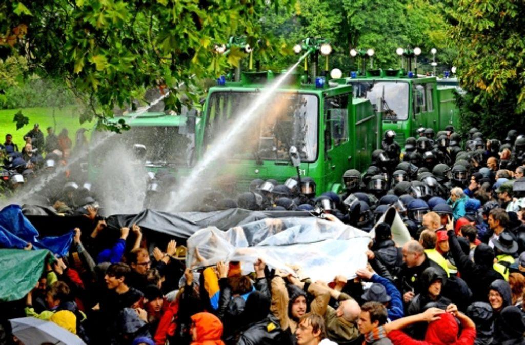 Die Aufarbeitung des Polizeieinsatzes gegen Stuttgart-21-Gegner vom September 2010 geht in eine neue Runde. Die Chronologie des Einsatzes sehen Sie in unserer Fotostrecke. Foto: dpa