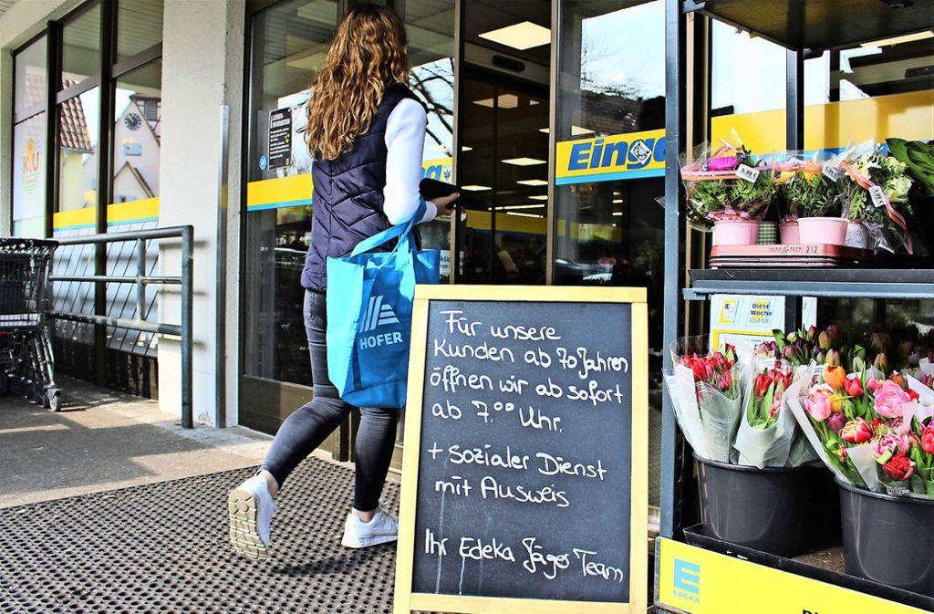 Der Supermarkt an der Filderstraße ist schon von 7 Uhr an geöffnet, und zwar für  Senioren ab 70 Jahren, Pfleger mit Ausweis oder für jene, die belegen können, dass sie im Sinne der Nachbarschaftshilfe Mitbürger versorgen Foto: Caroline Holowiecki