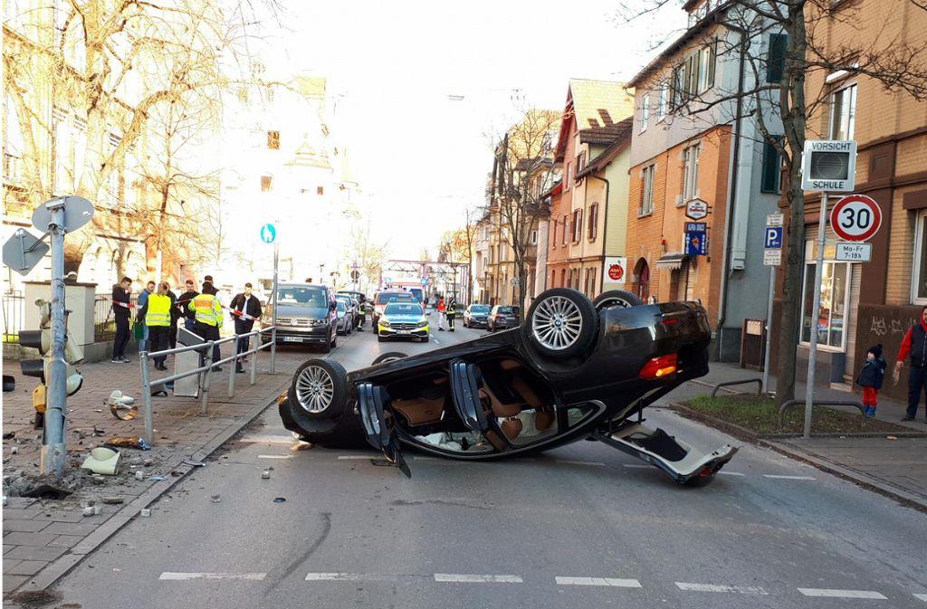 In der Wiener Straße in Feuerbach hat sich ein BMW überschlagen. Foto: 7aktuell/Jens Pusch