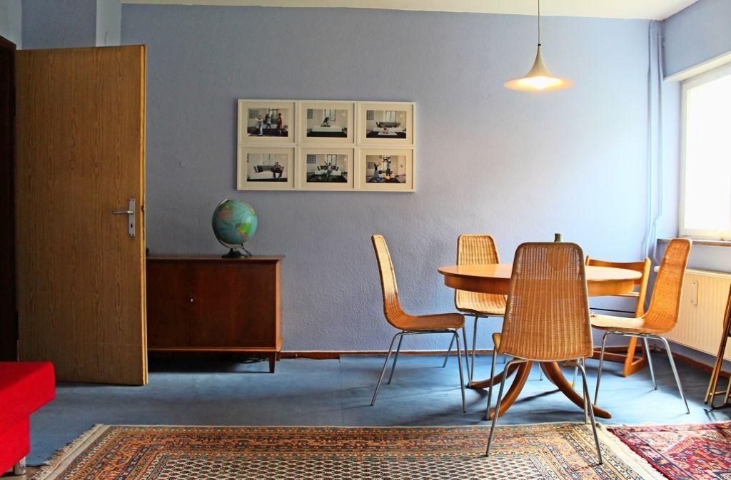 Aus einer leer stehenden Wohnung wurde  ein gemütlicher Rückzugsort, der zugleich als Kunstraum dient. Foto: Sabine Schwieder