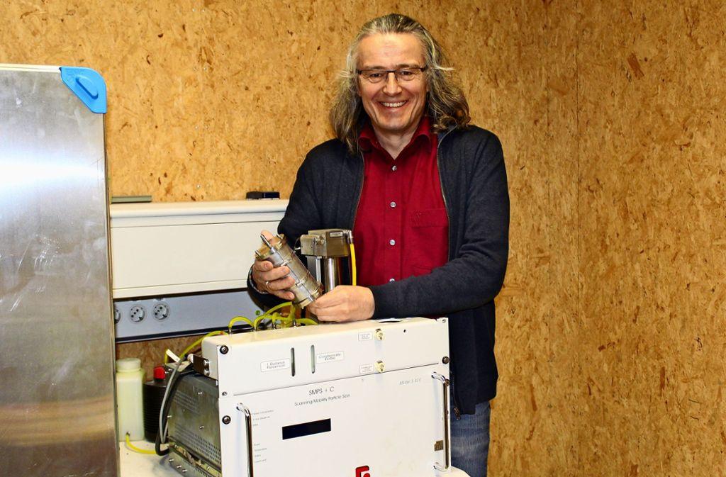 Ulrich Vogt zeigt das Messgerät für Ultrafeinstaub. Foto: Jacqueline Fritsch
