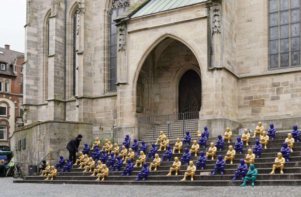 In der Tübinger Innenstadt sitzen derzeit hunderte Hölderlin-Figuren von Ottmar Hörl. Foto: Michael Kless