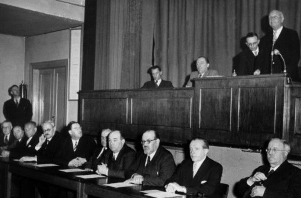 67,7 Prozent der Befragten sind bei einer Volksabstimmung 1951 dafür - am 25. April 1952 wird der Südweststaat aus Baden, Württemberg-Baden und Württemberg-Hohenzollern Wirklichkeit. Chef der ersten baden-württembergischen Regierung wird der FDP-Mann Reinhold Maier. Der Löwe vom Remstal greift zu einem Trick, um Ministerpräsident zu werden: Der Liberale bildet kurzerhand eine Landesregierung aus FDP/DVP, SPD und BHE - sein ehemaliger Mitstreiter von der CDU, Gebhard Müller, landet auf der Oppositionsbank und kommt er 1953 zu seinem erhofften Ministerpräsidentenposten. Foto: dpa