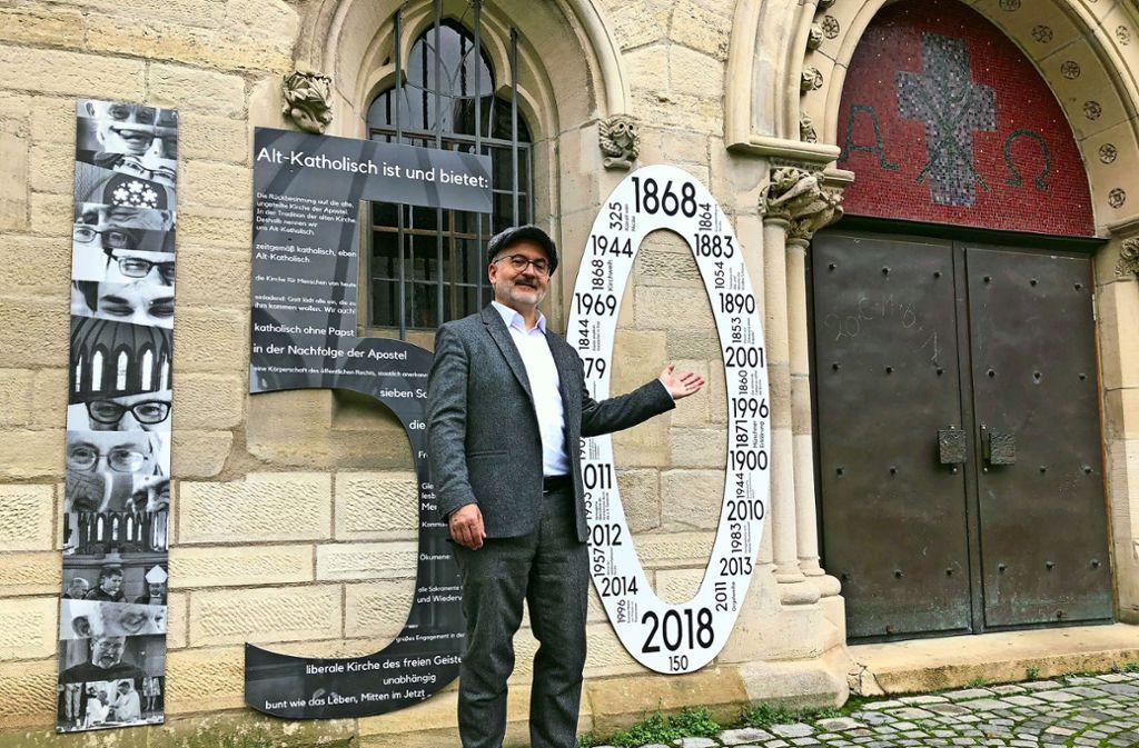 Pfarrer Christopher Sturm vor dem Portal seiner Alt-Katholischen Kirche. Foto: Martin Haar