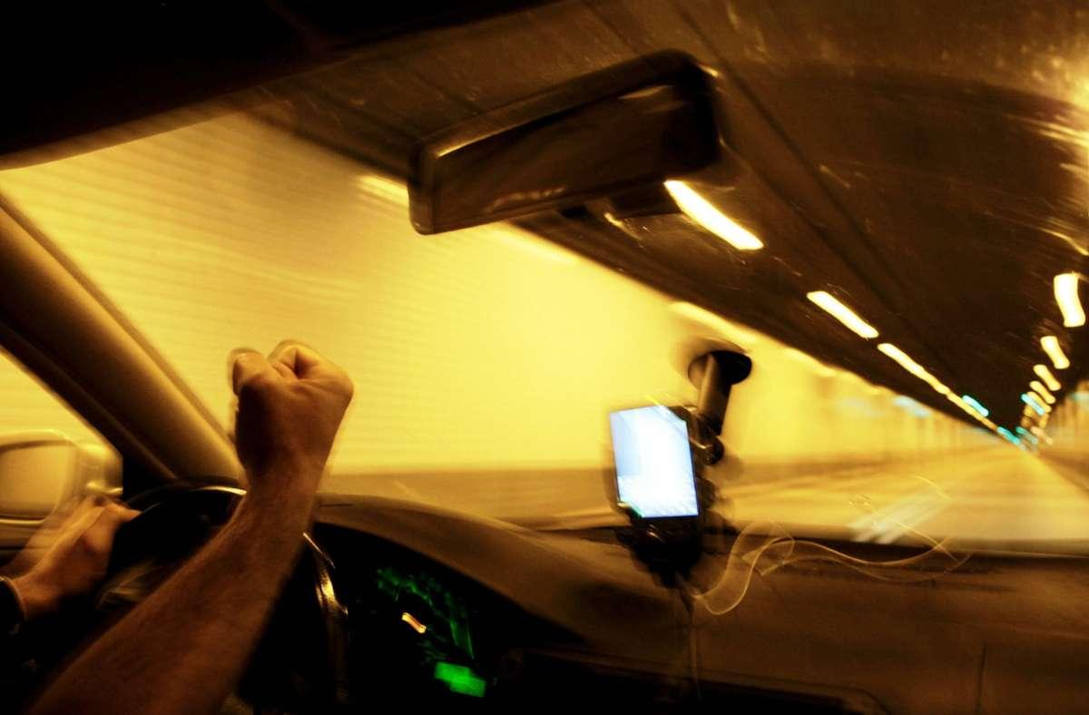 Zwischen zwei Autofahrern ist es in Freiberg am Neckar zu einer handfesten Auseinandersetzung gekommen. (Symbolbild) Foto: imago images / Action Pictures
