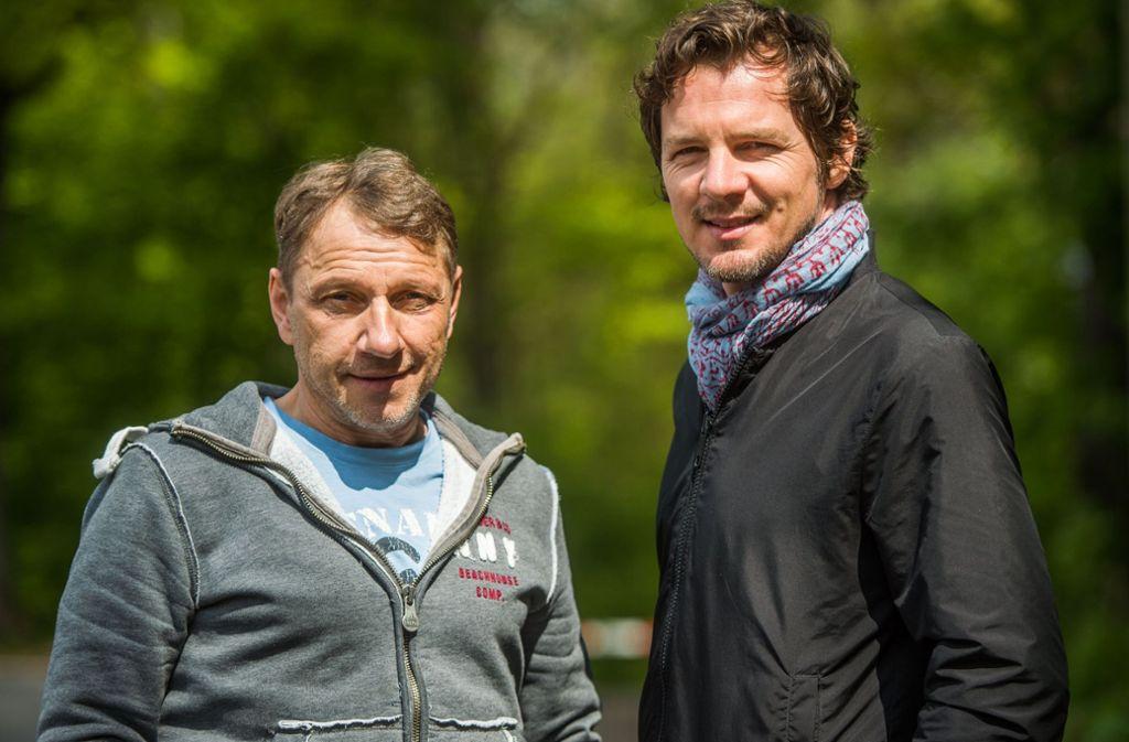Richy Müller (links) und Felix Klare treffen unsere Gewinner  backstage beim SWR-Sommerfestival. Foto: dpa