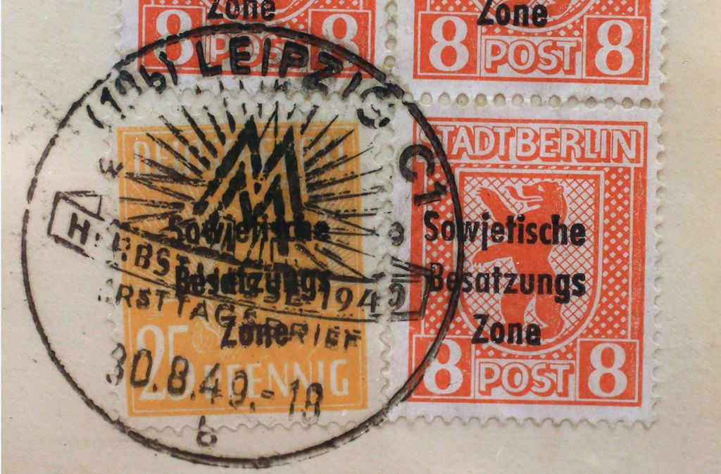 """Briefmarken mit der Aufschrift """"Stadt Berlin"""" und dem Stempel """"Sowjetische Besatzungszone""""  aus dem Jahr 1949 werden bei einer Briefmarkenausstellung in Sachsen-Anhaltgezeigt. Foto: Jens Wolf/dpa"""