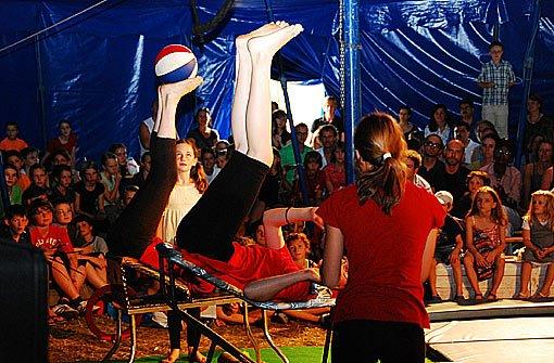 """Hereinspaziert, zum großen Sommerferienprogramm der Stadt Stuttgart. Vorhang auf, Manege frei, der Spaß beginnt. Etwa bei der  Sommerzirkusschule von Montag, 1. bis Samstag, 6. August. Dompteure, Akrobaten, Jongleure Und Luftikusse zwischen acht und 14 Jahren bereiten gemeinsam eine zirkusreife Aufführung vor. Veranstaltet wird die Zirkusschule zum 17. Mal von der Volkshoschule - Treffpunkt Kinder in Kooperation mit dem Jugendamt, """"Hallo Kinder"""".  Foto: Jugendamt der LHS Stuttgart"""